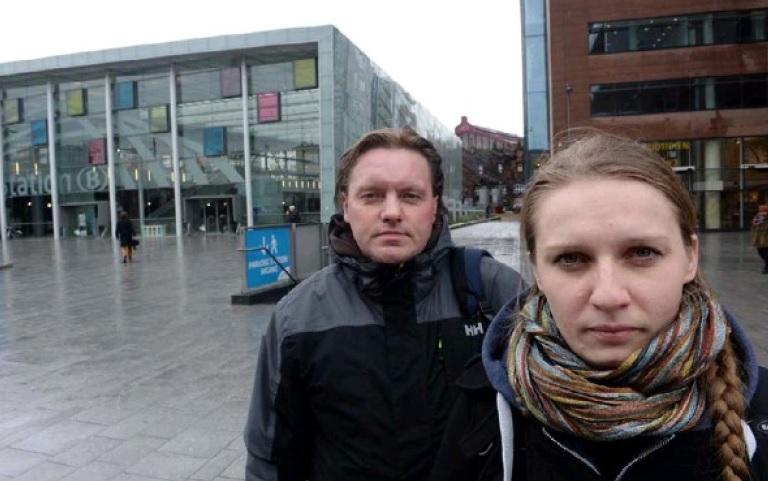 Mariusz Zeleznikow en Renata Bogacka maken Poolse daklozen warm voor een terugkeer naar hun eigen land (foto: Ludo Marien)
